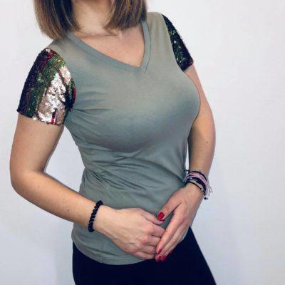T-shirt V με πολύχρωμη παγιέτα στα μανίκια